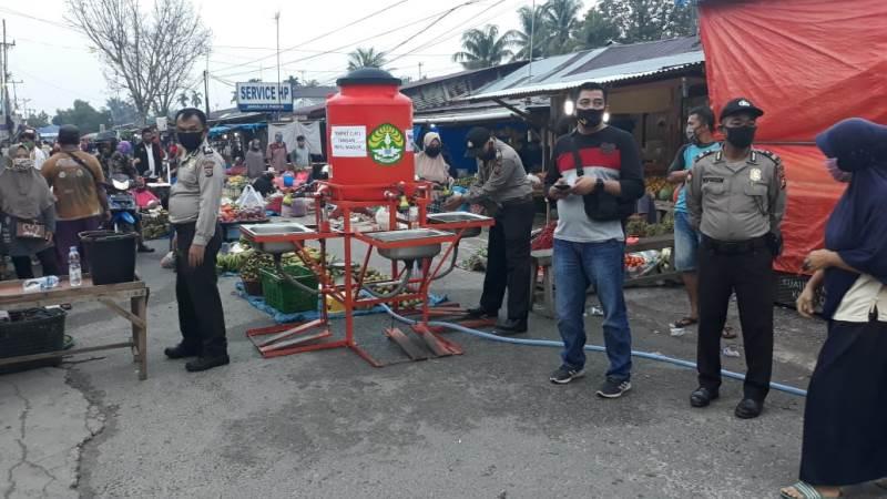 https: img.okezone.com content 2020 06 02 340 2223225 new-normal-pasar-tradisional-di-pekanbaru-dijaga-polisi-dAaJV4ehtM.jpg