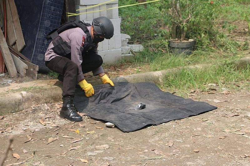 https: img.okezone.com content 2020 06 02 340 2223285 warga-serang-digegerkan-penemuan-91-peluru-dan-granat-tangan-aktif-uCQnuy1uxK.jpg