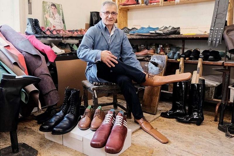 https: img.okezone.com content 2020 06 03 194 2224090 desainer-ini-ciptakan-sepatu-super-panjang-agar-orang-tertib-physical-distancing-KyNmtXFzvu.jpg