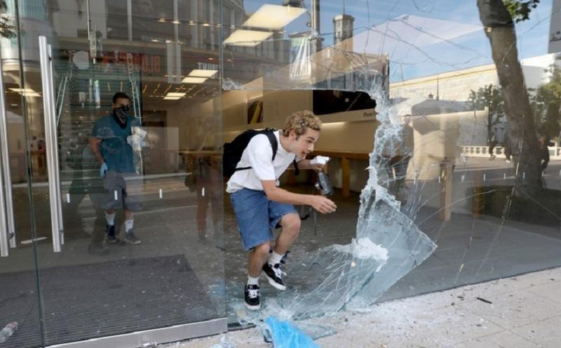 https: img.okezone.com content 2020 06 03 320 2223756 kerusuhan-di-as-apple-lacak-penjarah-iphone-Jminb6ao1E.jpg