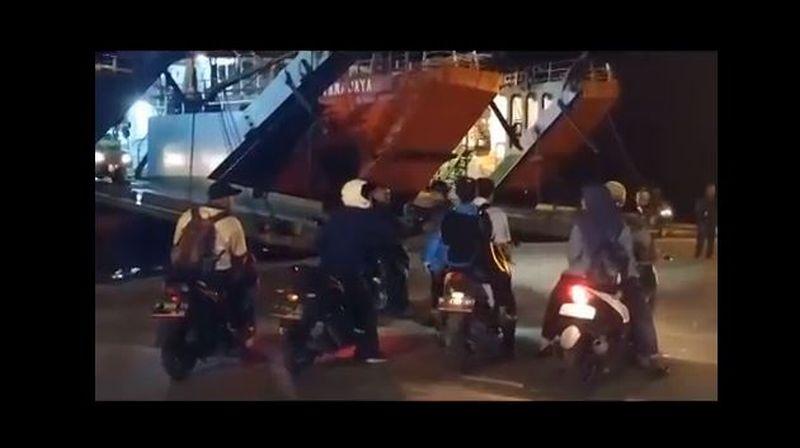 https: img.okezone.com content 2020 06 03 340 2223969 pelabuhan-gilimanuk-17-ribu-orang-masuk-bali-selama-arus-balik-lebaran-2020-utWelFxGkv.jpg