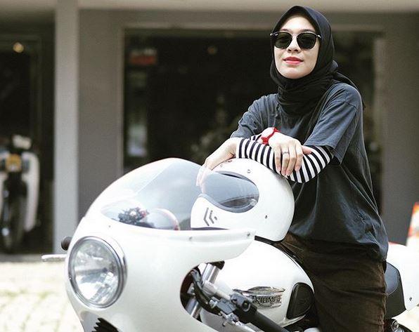 https: img.okezone.com content 2020 06 03 617 2223884 tampilan-keren-lady-biker-dian-ayu-lestari-bukti-hijab-tak-halangi-hobi-lmdN0j0w6l.JPG