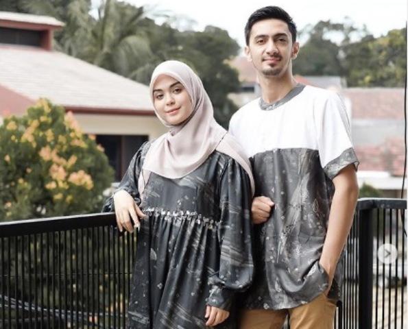 https: img.okezone.com content 2020 06 03 617 2224160 gaya-hijab-vebby-palwinta-kembaran-bareng-suami-RyADSDf5fq.jpg