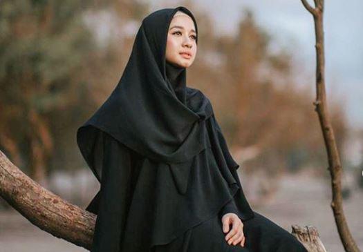 https: img.okezone.com content 2020 06 04 617 2224314 intip-5-inspirasi-padupadan-hijab-rok-panjang-kekinian-ala-laudya-cynthia-bella-DWiKaCDpNR.JPG