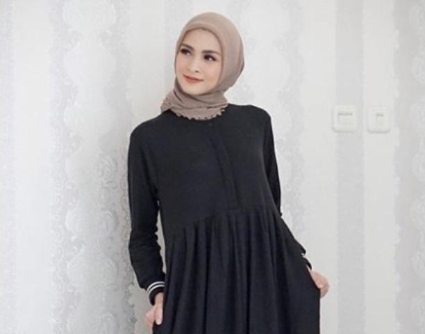 https: img.okezone.com content 2020 06 04 617 2224550 3-inspirasi-gaya-hijab-bergamis-ala-donita-D9fJNwI9xh.jpg