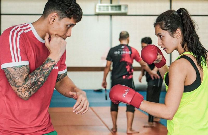 https: img.okezone.com content 2020 06 05 481 2224879 cantiknya-pevita-pearce-fokus-latihan-boxing-apa-sih-manfaatnya-v4Nsx4RnNQ.jpg