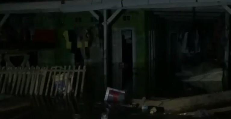 https: img.okezone.com content 2020 06 05 525 2224777 ratusan-rumah-di-pantura-subang-terendam-banjir-rob-ketinggian-air-1-meter-Z2sGuYKBjR.jpg