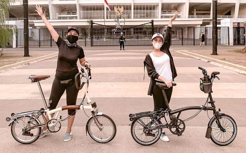 https: img.okezone.com content 2020 06 05 612 2225177 asyiknya-cita-citata-gowes-santai-di-gbk-senayan-sepedanya-keren-nxwzSD5X1E.jpg