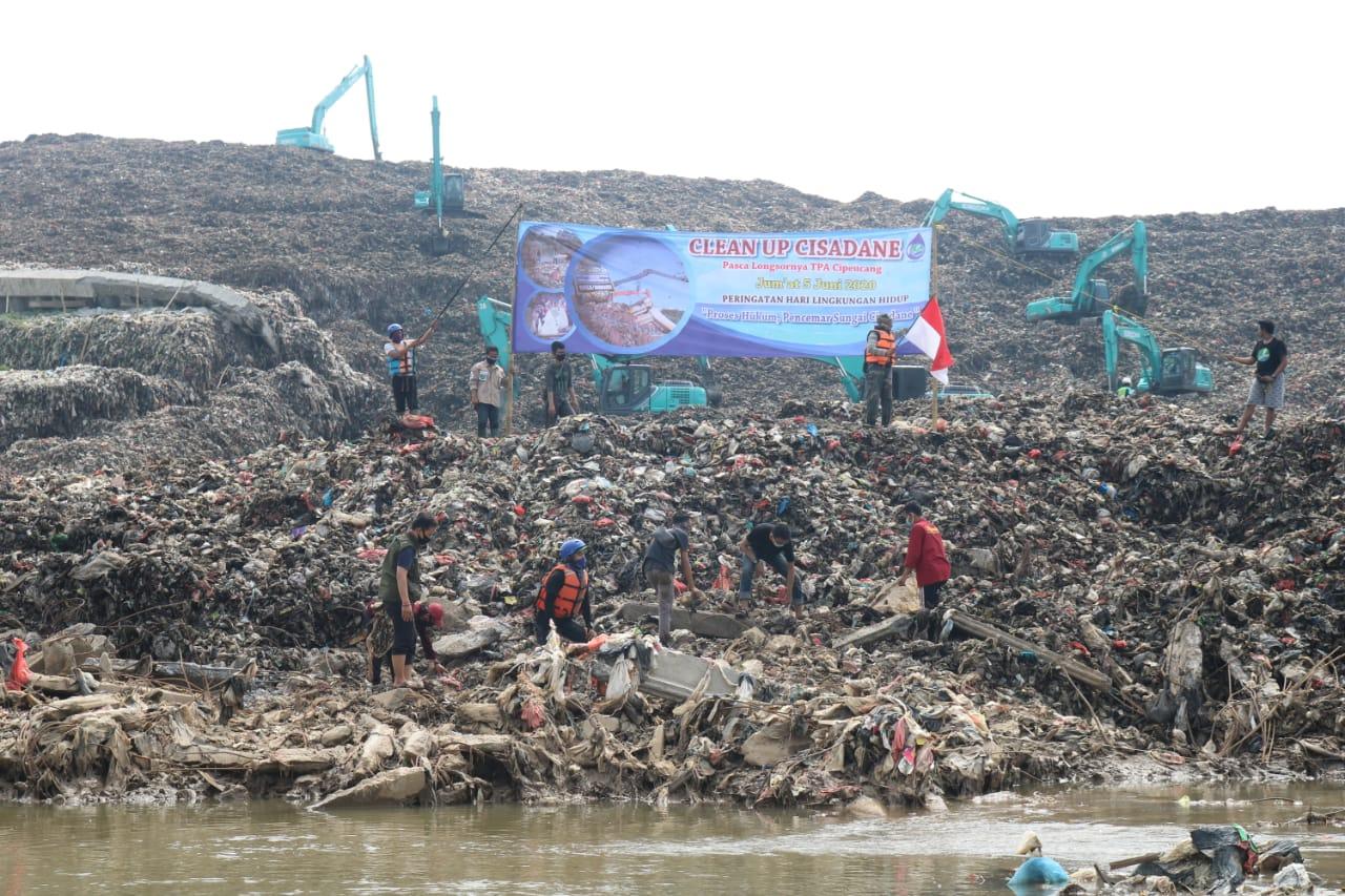 https: img.okezone.com content 2020 06 05 620 2225021 hari-lingkungan-hidup-aktivis-bersihkan-sungai-cisadane-dari-longsoran-sampah-CkTHoTnXoe.jpg