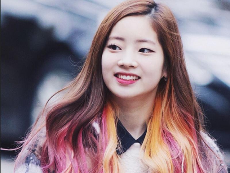 https: img.okezone.com content 2020 06 06 611 2225339 cantiknya-dahyun-twice-dengan-gaya-rambut-ombre-bikin-gemas-vveE8HLU6Q.jpg