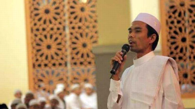 https: img.okezone.com content 2020 06 07 330 2225740 ustadz-abdul-somad-jelaskan-hukum-bersendawa-ketika-sholat-KuAf1eYHAK.jpg