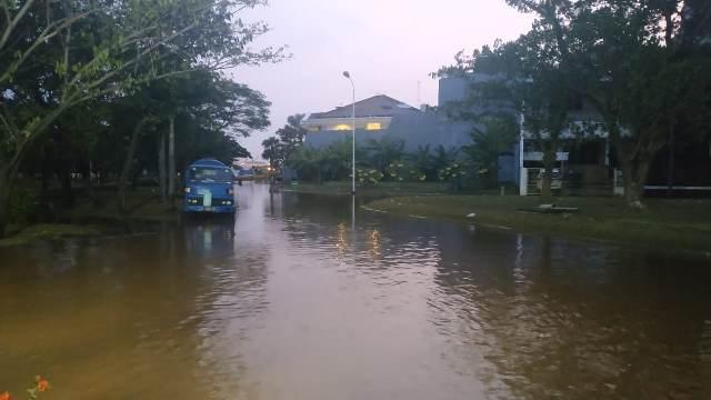 https: img.okezone.com content 2020 06 07 338 2225953 air-pasang-bikin-banjir-rob-semakin-tinggi-di-perumahan-pantai-mutiara-xoSWhsqAbR.jpg