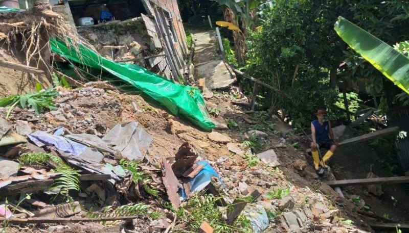 https: img.okezone.com content 2020 06 07 340 2225898 diterjang-hujan-deras-1-rumah-tergerus-banjir-jalanan-tertutup-longsor-AExuSwUH98.jpg