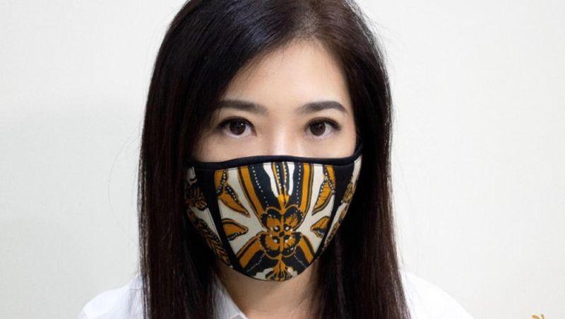 https: img.okezone.com content 2020 06 08 194 2226508 makin-banyak-desainer-ciptakan-masker-batik-keren-kali-ini-ferry-sunarto-L44iZ9oebB.jpg