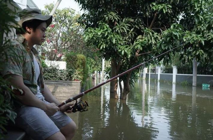 https: img.okezone.com content 2020 06 08 338 2226384 rumah-ahok-di-pantai-mutiara-diterjang-banjir-nicholas-sean-asyik-mancing-yMYyIESKZs.jpg
