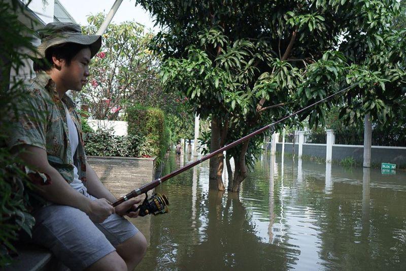 https: img.okezone.com content 2020 06 08 612 2226284 pantai-mutiara-banjir-viral-anak-ahok-mancing-di-depan-rumahnya-dCRO9mbtPS.jpg