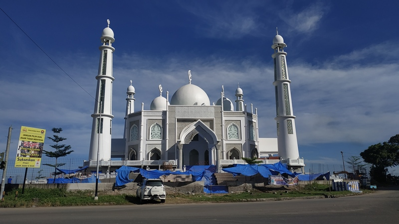 https: img.okezone.com content 2020 06 08 615 2226209 masjid-bergaya-taj-mahal-akan-jadi-ikon-wisata-halal-kota-padang-x0rxrV5zHG.jpg