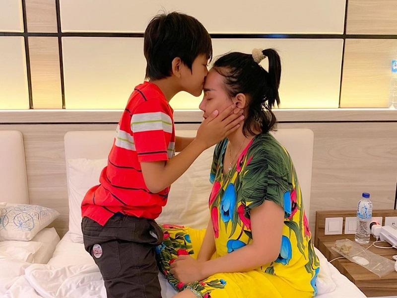 https: img.okezone.com content 2020 06 09 196 2227037 unggah-foto-dicium-anak-bebby-fey-kasih-sayang-bunda-sampai-sepanjang-masa-kZVkHIOhhw.jpg