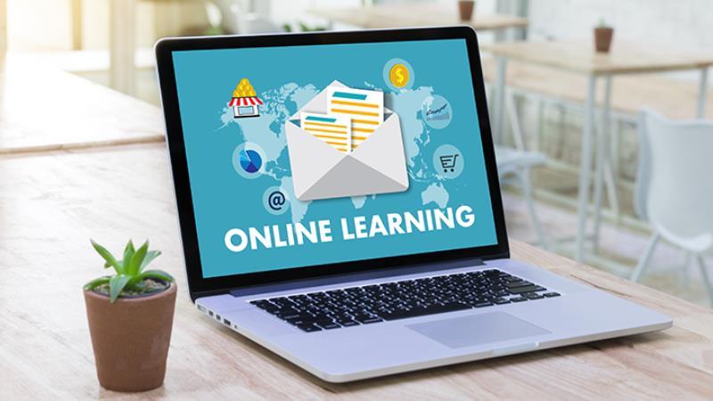 https: img.okezone.com content 2020 06 09 207 2226738 belajar-online-versus-belajar-di-kelas-ini-kelebihan-dan-kekurangannya-jD8wOILZQl.jpg