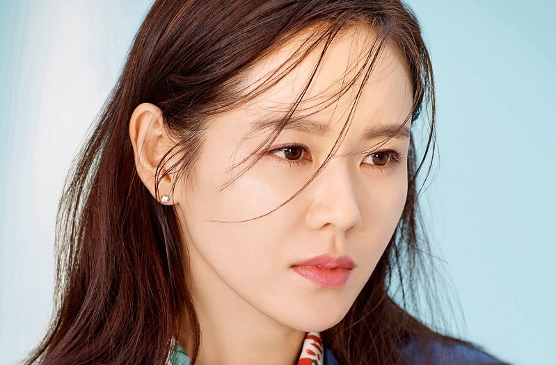 https: img.okezone.com content 2020 06 09 33 2226958 kalahkan-lisa-blacpink-song-hye-kyo-son-ye-jin-raih-titel-wanita-tercantik-dunia-4aMEsdSocN.jpg
