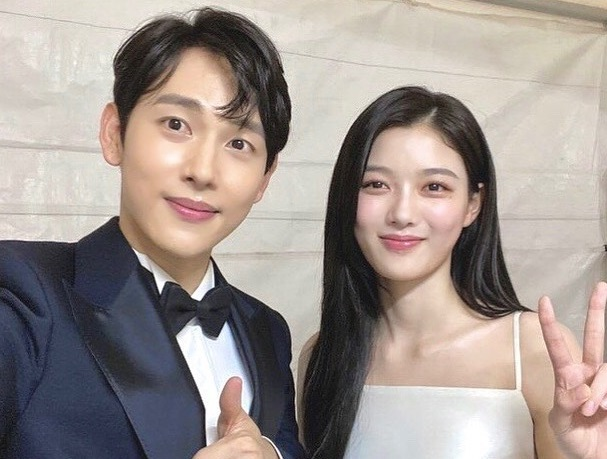 https: img.okezone.com content 2020 06 09 33 2227234 im-siwan-dan-kim-yoo-jung-reuni-8-tahun-setelah-the-moon-embracing-the-sun-RJjNi34DFB.jpg