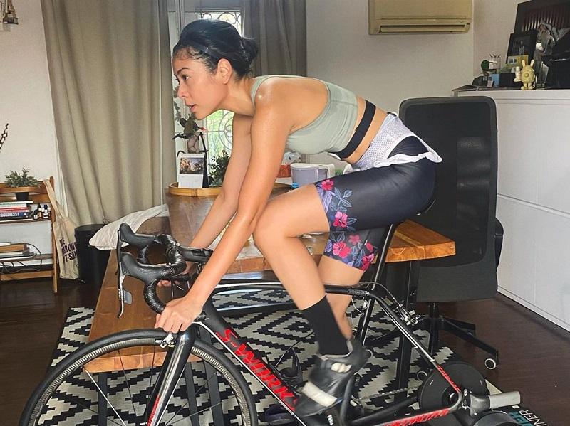 https: img.okezone.com content 2020 06 09 481 2227152 sigi-wimala-latihan-sepeda-statis-berapa-kalori-yang-bisa-dibakar-fV4OQOBTes.jpg