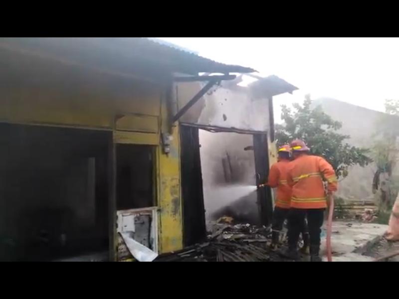 https: img.okezone.com content 2020 06 09 512 2227235 tumpahan-bensin-disambar-api-kompor-2-kios-terbakar-pBouxTIzah.png
