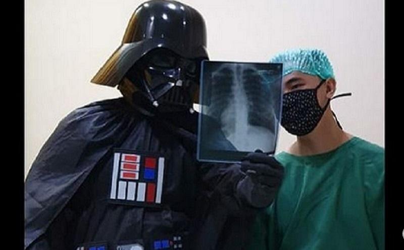 https: img.okezone.com content 2020 06 09 612 2226985 kisah-dokter-super-hero-rela-panas-panasan-pakai-kostum-demi-bahagiakan-pasien-Xti0rgRmVy.jpg
