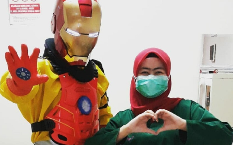 https: img.okezone.com content 2020 06 09 612 2227014 dokter-super-hero-paling-disukai-kostum-iron-man-dmhZKHUu8a.jpg