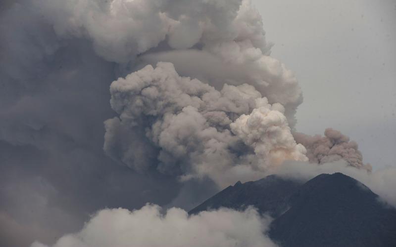 https: img.okezone.com content 2020 06 10 18 2227394 gunung-api-di-ekuador-meletus-sejumlah-kota-diselimuti-debu-nCaZcvnNgH.jpg