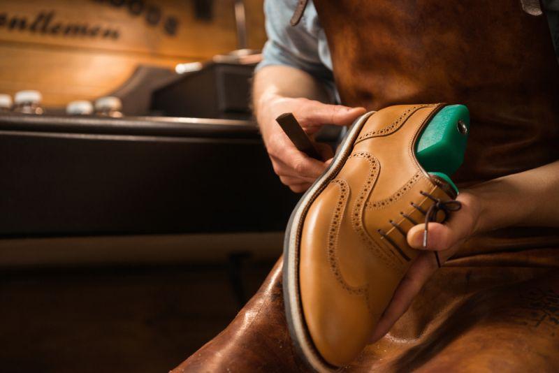 https: img.okezone.com content 2020 06 10 194 2227769 mulai-kerja-di-era-new-normal-yuk-bersihkan-sepatu-kulit-kita-Clg45I79Os.jpg