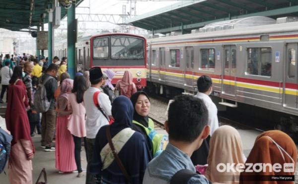 https: img.okezone.com content 2020 06 10 320 2227468 penumpang-krl-tetap-dibatasi-maksimal-74-orang-per-gerbong-WLcy0v2SSo.jpg