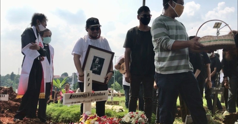 https: img.okezone.com content 2020 06 10 33 2227516 isak-tangis-iringi-pemakaman-benny-likumahuwa-kvv8BA3Mw7.jpg