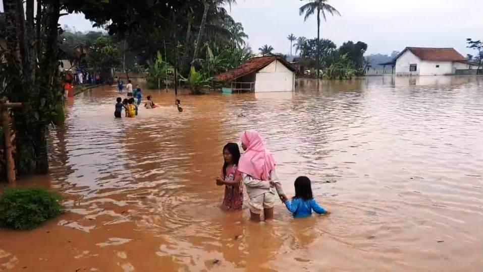 https: img.okezone.com content 2020 06 10 525 2227368 banjir-kembali-terjang-tasikmalaya-ratusan-rumah-terendam-banjir-7fjvDeYlFh.jpg