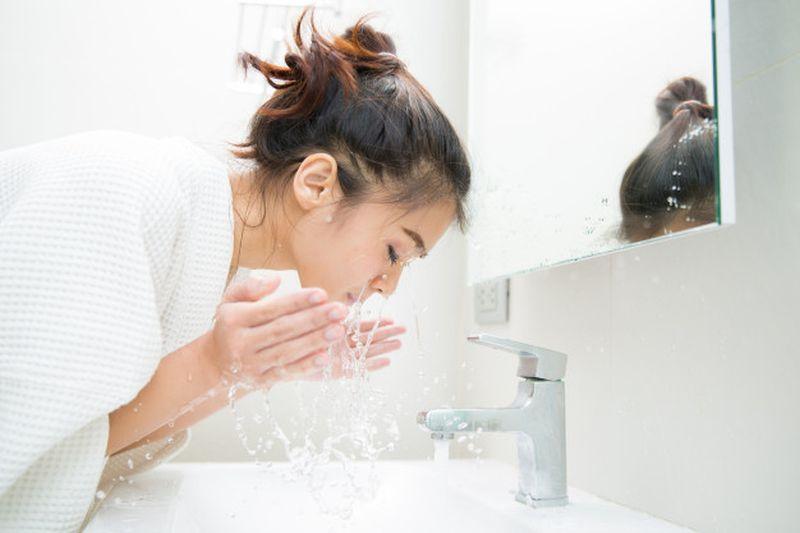 https: img.okezone.com content 2020 06 10 611 2227875 apa-itu-face-wash-yuk-pahami-nugy1PcM1C.jpg
