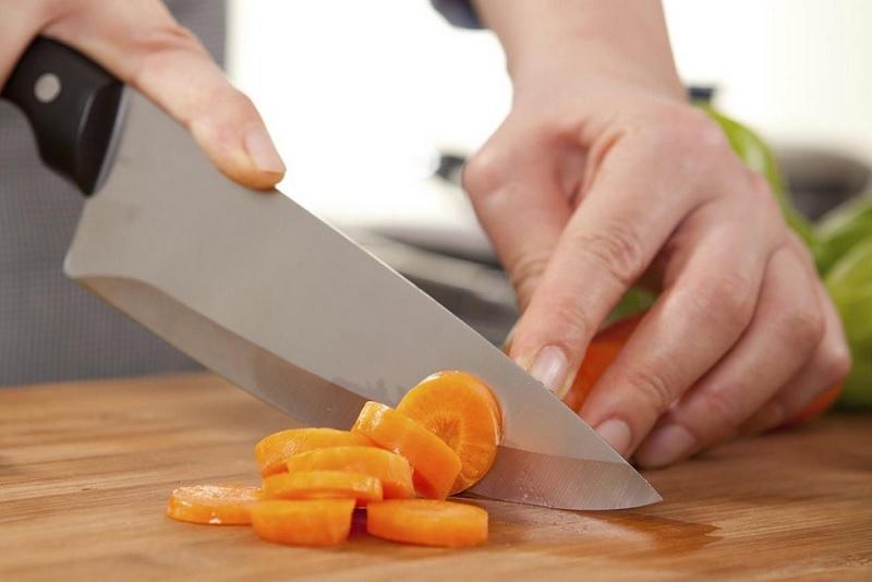 https: img.okezone.com content 2020 06 11 298 2228254 new-normal-jangan-gunakan-pisau-yang-sama-untuk-makanan-mentah-dan-matang-Psy2g009Ll.jpg