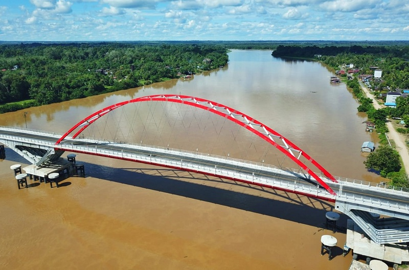 https: img.okezone.com content 2020 06 11 320 2228240 rampung-jembatan-tumbang-samba-jadi-akses-untuk-lumbung-pangan-baru-indonesia-HMpYrZXahX.jpg