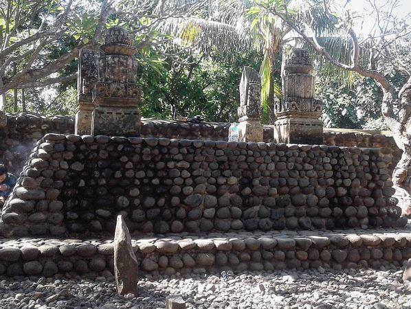 https: img.okezone.com content 2020 06 11 615 2228359 tiga-makam-keramat-objek-wisata-religi-di-lombok-saPxcQlEI3.jpg