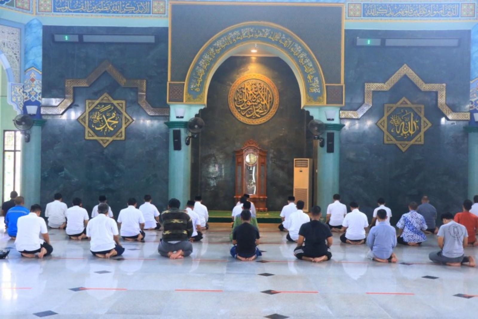 https: img.okezone.com content 2020 06 12 338 2228678 masjid-di-pusat-kota-tangerang-gelar-sholat-jumat-jamaah-diminta-tertib-9l9PinFVnY.jpg