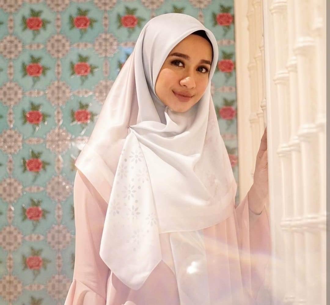https: img.okezone.com content 2020 06 12 617 2229117 4-hijabers-hobi-pakai-warna-pastel-cut-meyriska-hingga-zaskia-mecca-HAE5H2Cg0U.jpg