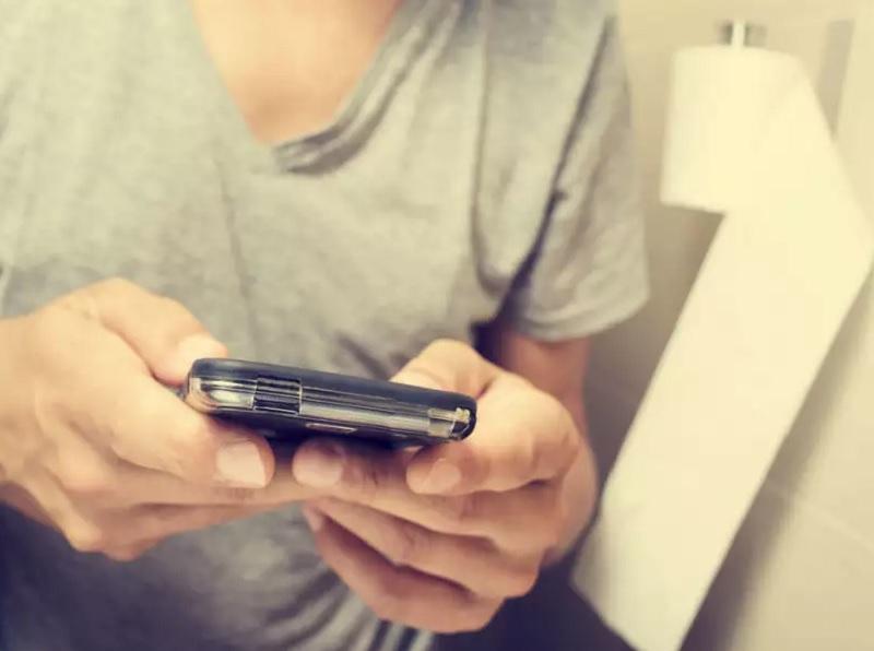 https: img.okezone.com content 2020 06 13 481 2229267 awas-duduk-terlalu-lama-main-smartphone-di-toilet-bisa-bahayakan-kesehatan-kYRSUUsksT.jpg