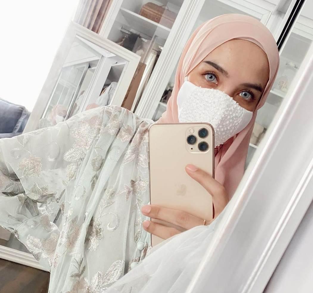 https: img.okezone.com content 2020 06 13 617 2229503 deretan-selebgram-hijabers-yang-hobi-selfie-di-cermin-RqrdcyiEOL.jpg