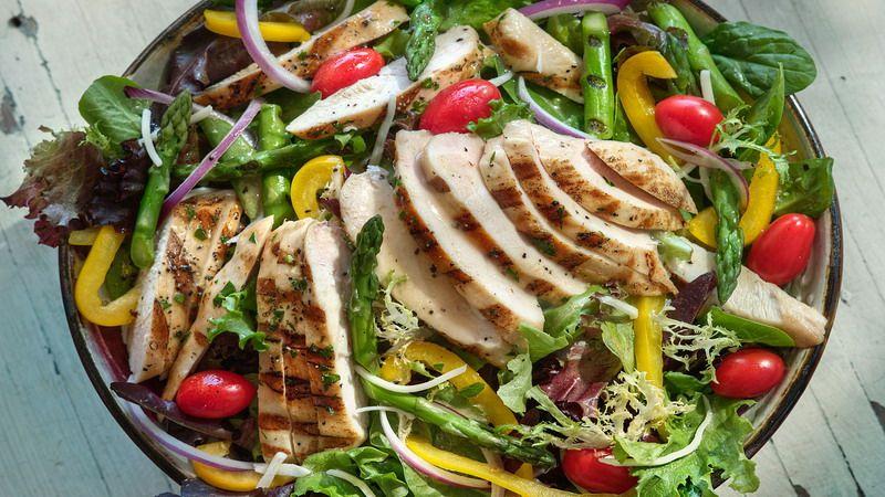 https: img.okezone.com content 2020 06 14 298 2229974 resep-salad-ayam-panggang-kaya-serat-dan-sumber-protein-eREkmrd2FK.jpg