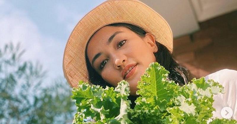 https: img.okezone.com content 2020 06 15 33 2230303 kecantikan-atiqah-hasiholan-saat-panen-sayuran-bikin-salah-fokus-vXC4dWnd4d.jpg