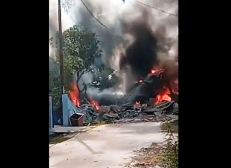 https: img.okezone.com content 2020 06 15 340 2230119 pesawat-tempur-yang-jatuh-di-riau-timpa-2-rumah-kA9Qft0GId.JPG