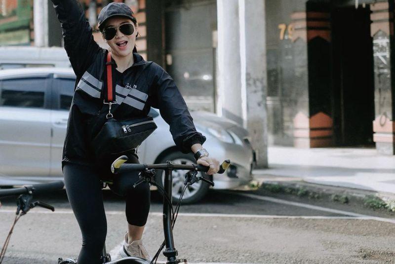 https: img.okezone.com content 2020 06 15 406 2230054 3-gaya-wika-salim-naik-sepeda-kesayangan-keliling-bandung-santuy-banget-SzEtaECqAw.jpg