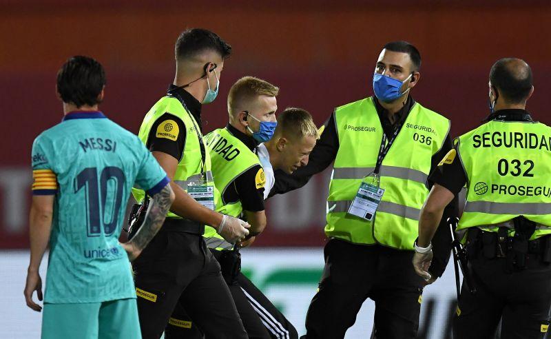 https: img.okezone.com content 2020 06 15 46 2230047 mallorca-vs-barcelona-sang-penyusup-akan-dipolisikan-la-liga-spanyol-kfyKm82ISF.jpg