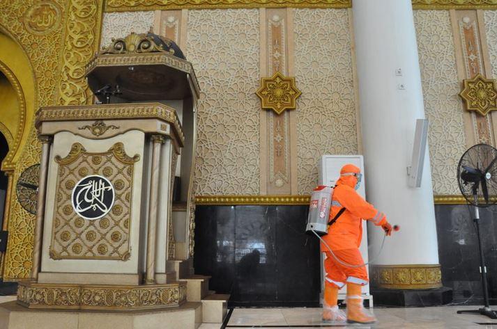 https: img.okezone.com content 2020 06 15 614 2230304 bolehkah-membersihkan-masjid-dengan-cairan-alkohol-YxGL2kPApb.JPG