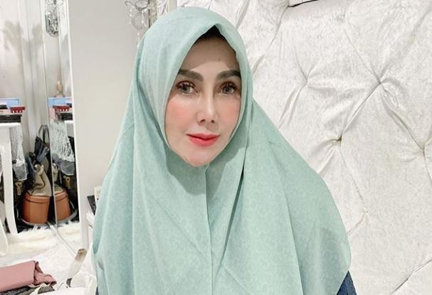 https: img.okezone.com content 2020 06 15 617 2230400 4-inspirasi-gaya-hijab-amy-qanita-trendy-bak-anak-muda-iDybBmBo05.JPG