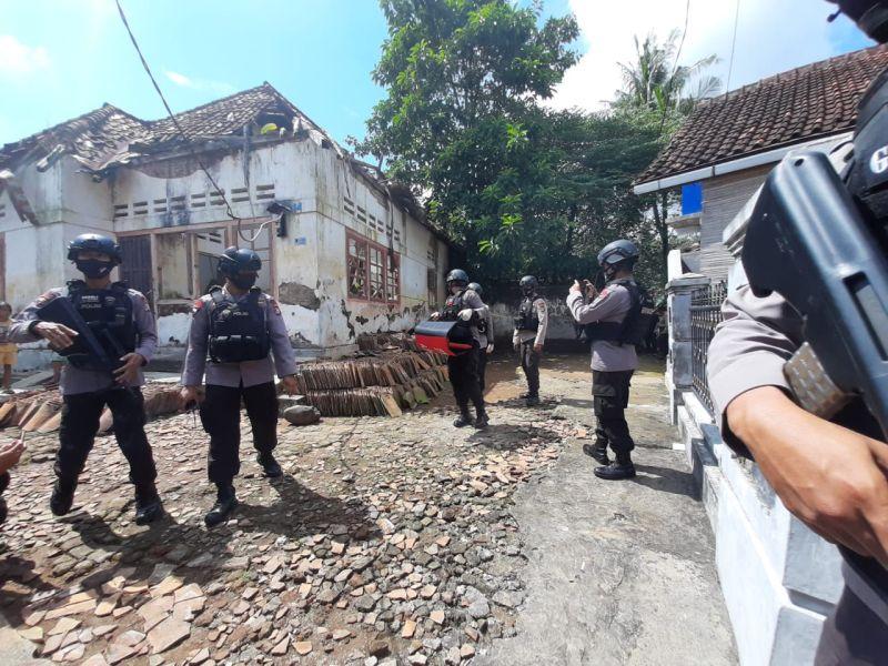https: img.okezone.com content 2020 06 16 340 2230856 mortir-aktif-ditemukan-di-belakang-pendopo-lama-gubernur-banten-dC7jcBWmDx.jpg